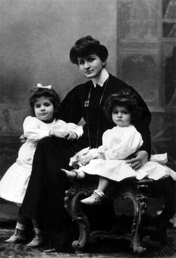 Alma Mahler in 1906 with daughters Maria and Anna