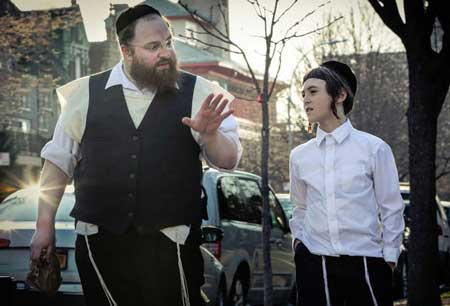 Menashe Lustig as Menashe, Ruben Niborski as Rieven in 'Menashe'